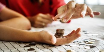 Większe koszty i mniejszy popyt uderzą w spółki?